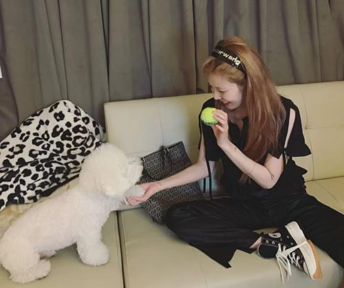 Hyuna cũng thời thượng không kém với chiếc băng đô của Alexander Wang.