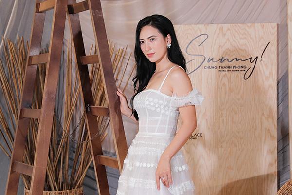 Diễn viên Phương Anh Đào diện áo dây gợi cảm, chất liệu xuyên thấu.