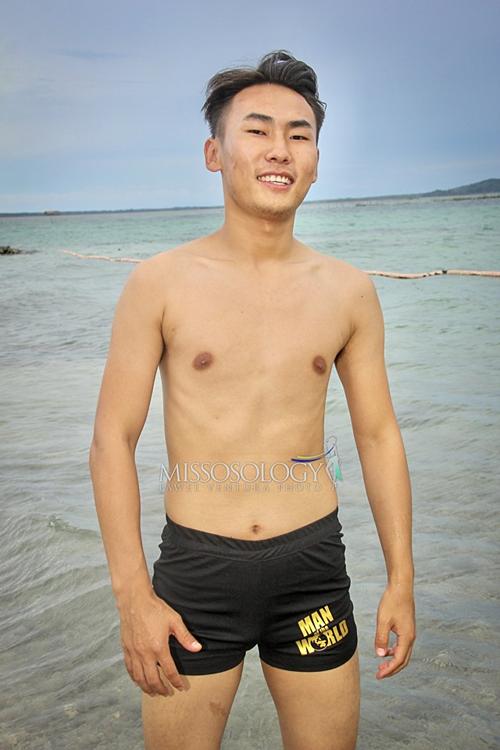 Body kém săn chắc của thí sinh Trung Quốc. Nhan sắc của nam thí sinh bị chê nhạt nhòa.