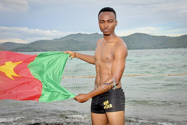 Biểu cảm đơ cứng của đại diện Cameroon/
