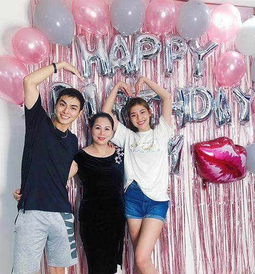 Jay Quân và bà xã Chúng Huyền Thanh tự tay chuẩn bị sinh nhật cho mẹ.