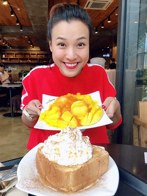 Hoàng Oanh vô tư ăn bánh ngọt mà không sợ mập.