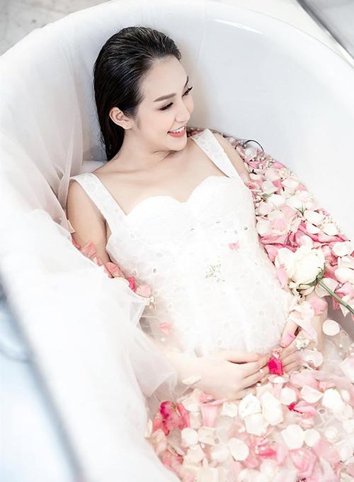 Trong photoshoot Hương Baby chụp kỷ niệm trước khi vượt cạn, cô khoe vẻ quyến rũ nhờ không tăng cân quá nhiều.