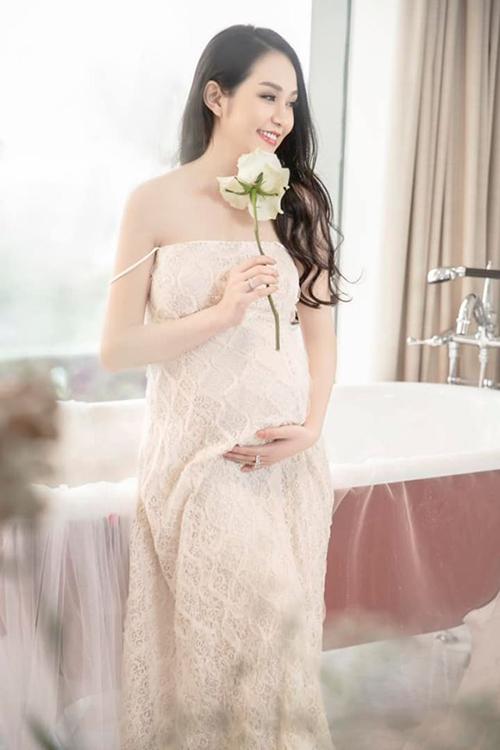 Bà xã của Tuấn Hưng - hot girl Hương Baby - đang mang thai lần thứ ba. Cô dự kiến sẽ sinh em bé vào đầu tháng 8 tới.Ốm nghén, mệt mỏi, không ăn uống được nhiều suốt bốn tháng đầu thai kỳ nhưng Hương Baby vẫn giữ được vẻ trẻ trung, xinh đẹp.