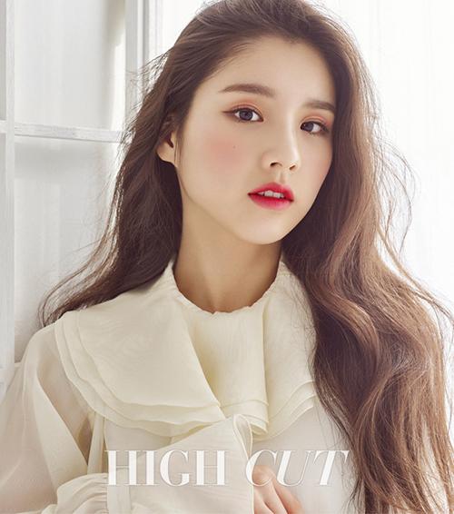 Sở hữu ngoại hình xinh xắn cùng gương mặt xinh đẹp không góc chết, cô nàng center của nhóm nữ LOONA Hee Jin được nhiều cư dân mạng ví như thiên thần với hình tượng trong sáng, đáng yêu. Tuy nhiên, mỹ nhân 19 tuổi luôn thay đổi các kiểu trang điểm khác nhau để tạo ấn tượng cho công chúng. Cô nàng không ngần ngại sử dụng tông trang điểm đỏ tím kết hợp với màu mắt cam đất nhằm xây dựng hình ảnh trưởng thành hơn.