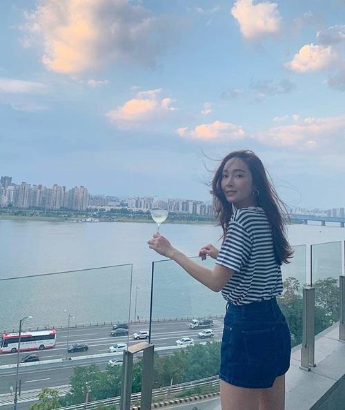 Jessica ngắm cảnh đẹp ở Seoul.