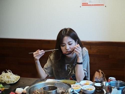Ji Soo lộ biểu cảm ăn ngấu nghiến.