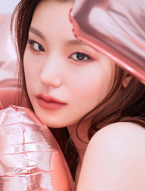 Ra mắt với tư cách là trưởng nhóm tân binh ITZY, cô nàng sinh năm 2000 Hwang Ye Ji luôn mang đến hình tượng chị lớn trưởng thành và sắc sảo. Vì vậy Ye Ji thường chọn những tông make-up như hồng đất, cam đất thay vì các tông rực rỡ như cam tươi hay hồng tím hot hit được nhiều cô gái ưa chuộng.