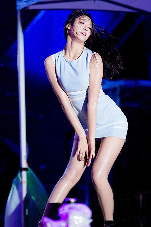Đây là một trong những sân khấu đi vào huyền thoại của Seol Hyun (AOA). TạiBusan Sea Festival năm 2016, cô nàng đãdiễn hai ca khúc Short Hair và Miniskirtdưới trời gió và mưa to. Tuy nhiên, nữ idol sinh năm 1995 vẫn giữ được phong thái cuốn hút, thể hiện sự chuyên nghiệp. Nhiều fancòn nhận xét, nước mưa càng giúpmỹ nhân nhà FNC thêm phần gợi cảm hơn.