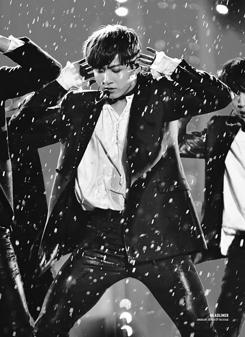 Những khoảnh khắc idol Kpop diễn trong mưa khiến fan ngẩn ngơ - 4