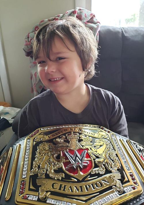 Cậu bé Timmy vui mừng vì nhận lại được món quà của ba.