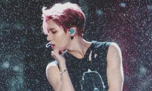 Những khoảnh khắc idol Kpop diễn trong mưa khiến fan 'ngẩn ngơ'