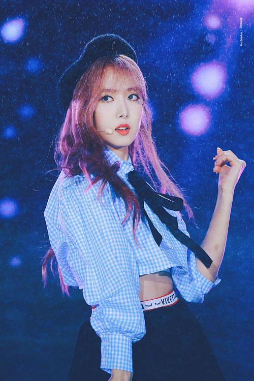 Những khoảnh khắc idol Kpop diễn trong mưa khiến fan ngẩn ngơ