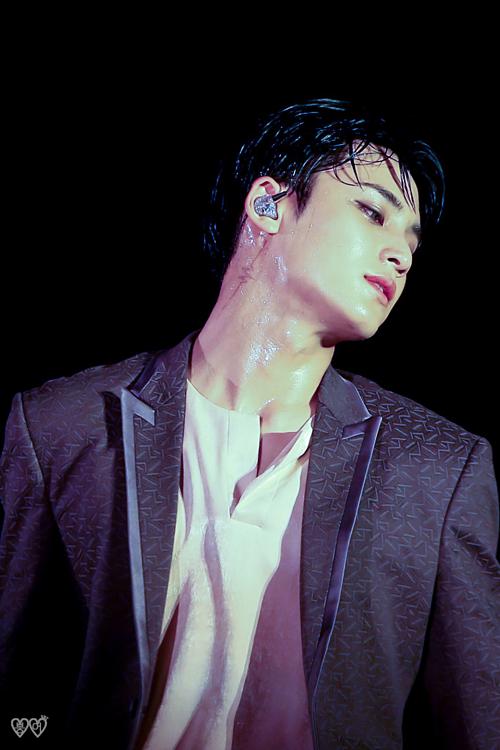 Những khoảnh khắc idol Kpop diễn trong mưa khiến fan ngẩn ngơ - 8