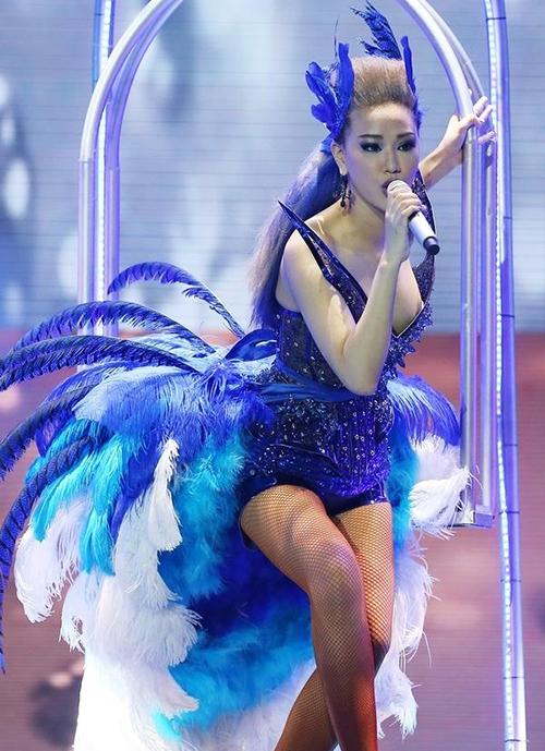 Mê trang phục sexy, xẻ ngực thật sâu, Maya bị hớ hênh lộ vòng một trong tiết mục ở The Remix 2016. Nhiều người cho rằng với ca khúc cần thực hiện nhiều động tác vũ đạo, nữ ca sĩ nên tiết chế hơn trong ăn mặc, đặc biệt là dùng nội y an toàn.
