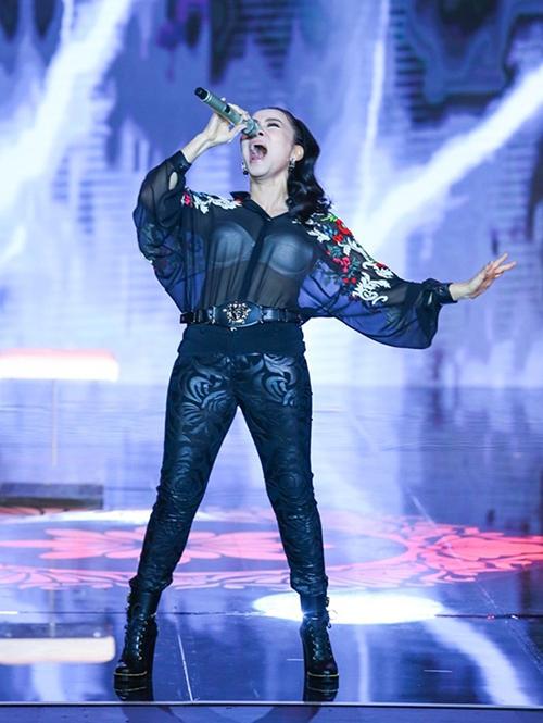 Thu Minh diện áo mỏng tanh xuyên thấu lộ nội y trên sóng truyên hình trực tiếp Gala trao giải VTV