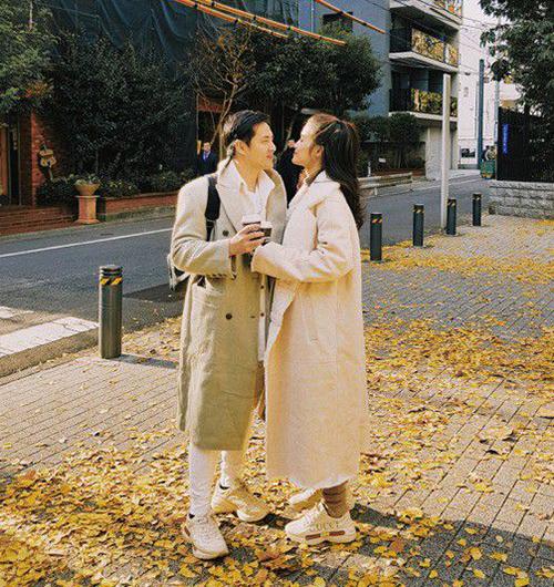 Không chỉ ăn ý phong cách khi đi sự kiện, lên thảm đỏ hay xuất hiện trong các bộ ảnh, thời trang đời thường của Đông Nhi - Ông Cao Thắng cũng khéo khẳng định là một đôi. Họ thường xuyên đi du lịch cùng nhau với quần áo đẹp mắt.