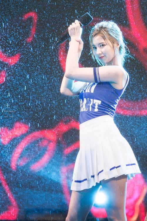 Những khoảnh khắc idol Kpop diễn trong mưa khiến fan ngẩn ngơ - 1