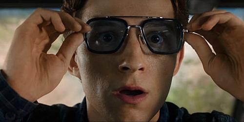 Chiếc kính Peter đeo do Iron Man sáng chế.
