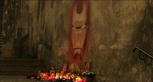 Người dân vẽ tranh tường, đặt hoa tưởng nhớ Iron Man.