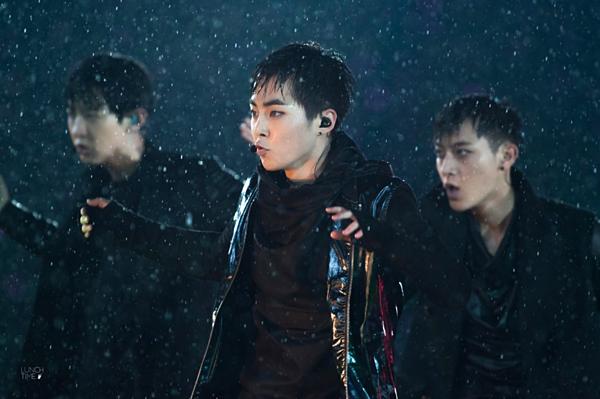 Những khoảnh khắc idol Kpop diễn trong mưa khiến fan ngẩn ngơ - 7