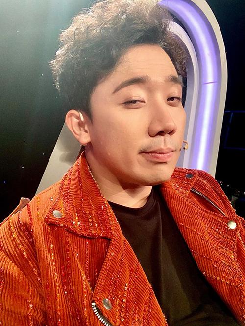 Trấn Thành tung ảnh selfie và hỏi fan Đủ soái ca chưa?.