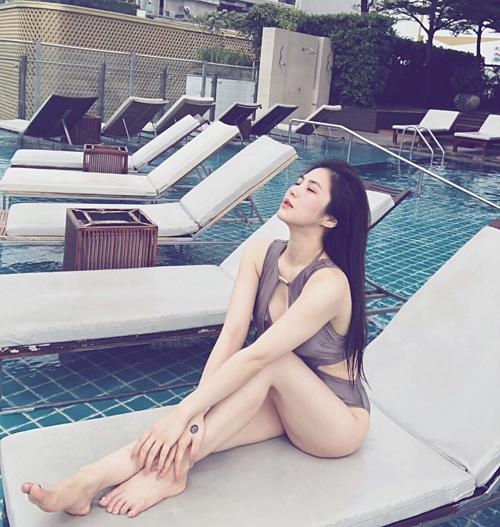 Hương Tràm khoe dáng quyến rũ khi đi bơi.