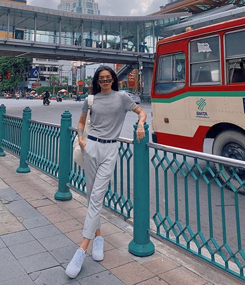 BB Trần diện cả cây xám khoe chân dài trên đất Thái.