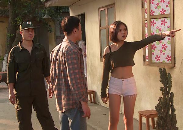 Để vào vai My Sói, nữ diễn viên đầu tư sắm rất nhiều bộ váy bó sát, khoét ngực sâu, nhiều chiếc quần ngắn cũn cỡn. Nhiều phân đoạn, cô còn gây tranh cãi vì mặc đồ hớ hênh.