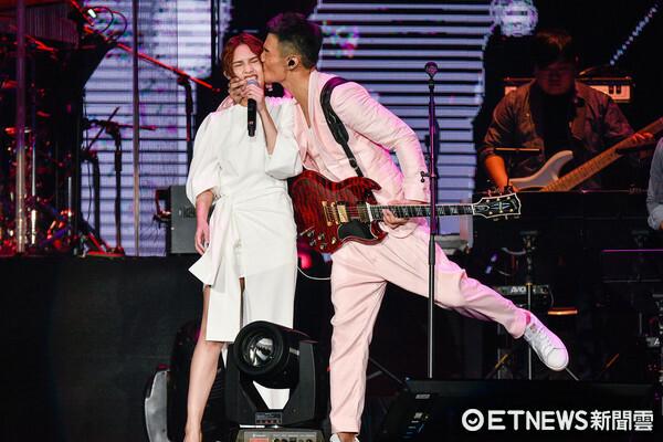 Nụ hôn khiến mặt Dương Thừa Lâm biến dạng.