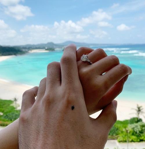 Chiếc nhẫn kim cương trên ngón áp út của Dương Thừa Lâm.