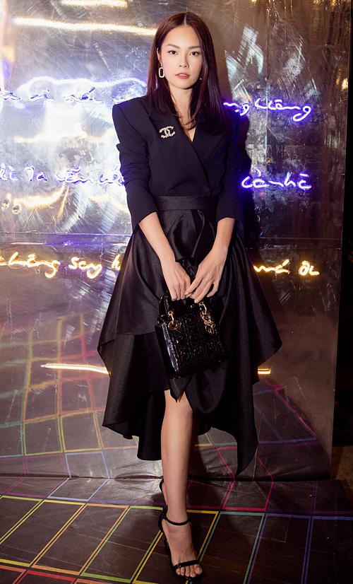 Dương Cẩm Lynh diện nguyên cây đen cá tính. Cô kết hợp với vest với váy và sandals quai ngang. Điểm nhấn của set đồ chính là chiếc túi Dior có giá hơn 4.000 USD.