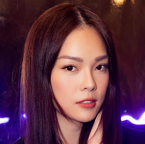Nữ diễn viên sinh năm 1982 để tóc suôn dài, trang điểm nhẹ nhàng.