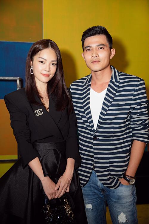 Cô tạo dáng bên bạn diễn Quang Sự. Dương Cẩm Lynh tiết lộ, cả hai có nhiều cảnh hôn trong phim mới.