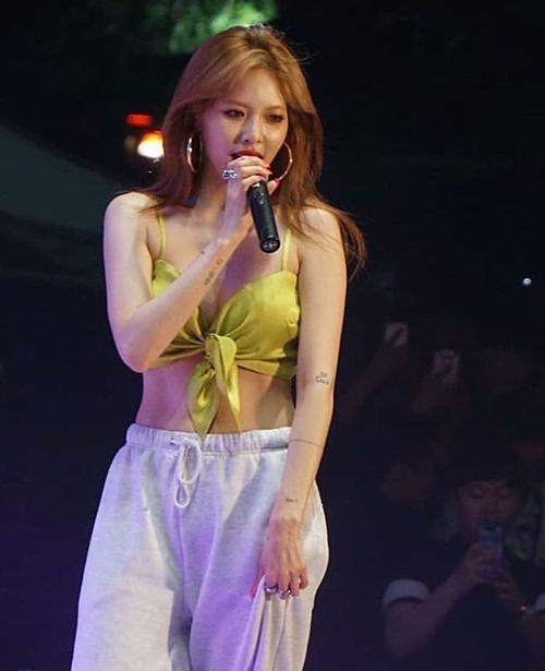 Chiếc áo mỏng manh này từng khiến HyunA suýt gặp phải sự cố lộ hàng trên sân khấu. Tuy nhiên, cũng có fan cho rằng bạn gái E'Dawn vẫn gợi cảm,