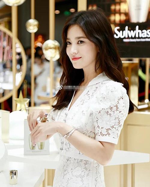 Song Hye Kyo lần đầu lộ diện sau khi ly hôn tại một sự kiện ở Trung Quốc ngày 6/7. Khi đó, biểu cảm của cô thoáng buồn và gượng gạo.
