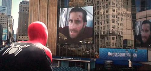 Spider Man xem đoạn băng Mysterio vạch tội mình.