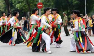 Múa dân gian 'Con đĩ đánh bồng' tại Lễ hội đường phố Hà Nội