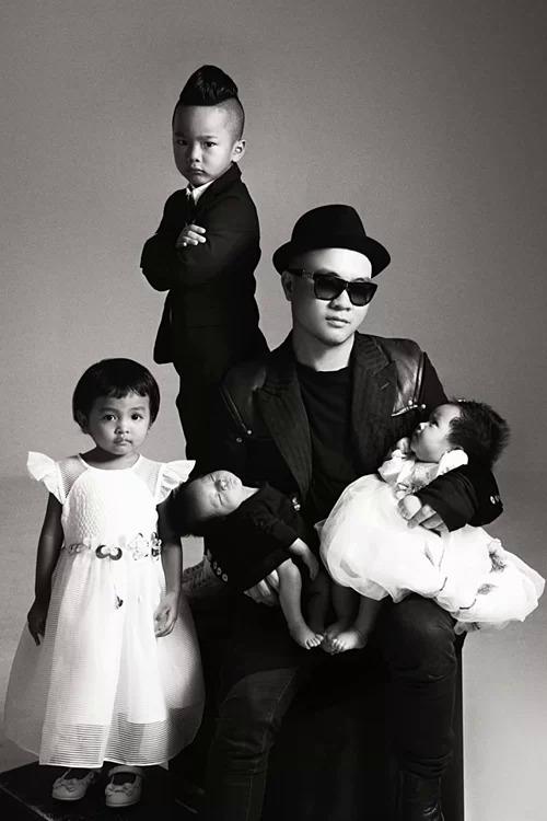 Đỗ Mạnh Cường chụp hình kỷ niệm cùng bốn con nuôi.
