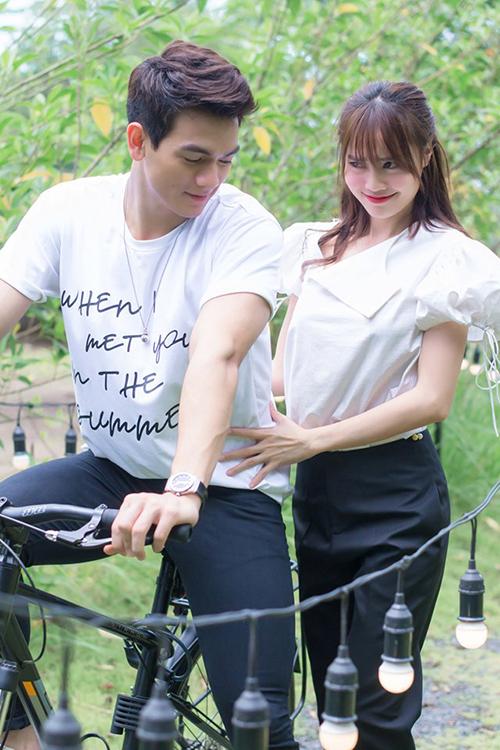 Lan Ngọc e ấp xấu hổ trước khi lên xe đạp của Lê Xuân Tiền.