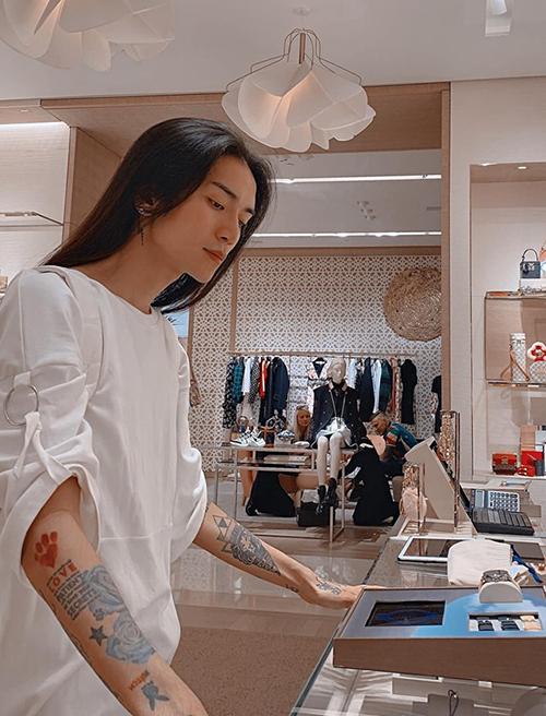 BB Trần tiết lộ vì thấy tiệm đồ hiệu đẹp nên vào... chụp ảnh chứ không mua.