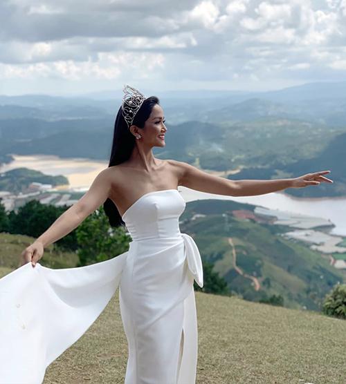 HHen Niê diện váy quây gợi cảm, đội vương miện chụp hình giữa núi rừng.