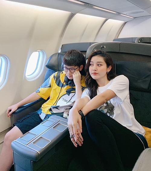 Huyền My rất thân thiết với em trai. Hai chị em vừa bay sang Paris chơi.