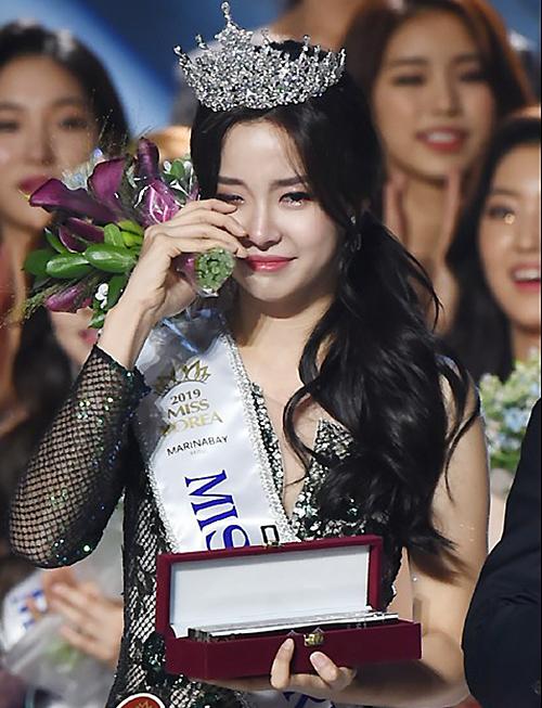 Vẻ đẹp nổi bật giữa dàn ứng viên bị nghi phẫu thuật thẩm mỹ giúp Kim So Yeon được nhiều người so sánh với biểu tượng nhan sắc Lee Honey.
