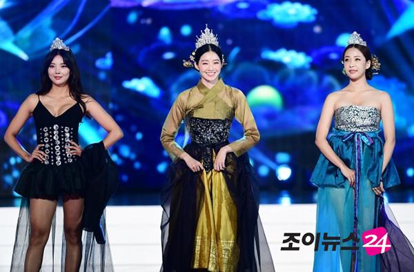 Hoa hậu Hàn Quốc 2018 Kim Soo Min là người đẹp duy nhất được diện bộ hanbok kín đáo đúng truyề thống.