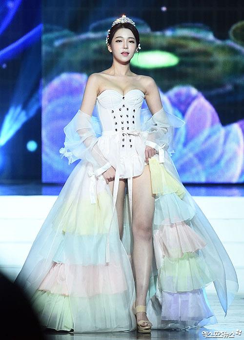 Có kiểu dáng tương tự hanbok với những chi tiết như váy phồng to, áo khoác lửng dài tay, mặc layer nhiều lớp... nhưng những trang phục các người đẹp trình diễn lại hở hang chẳng khác gì nội y.