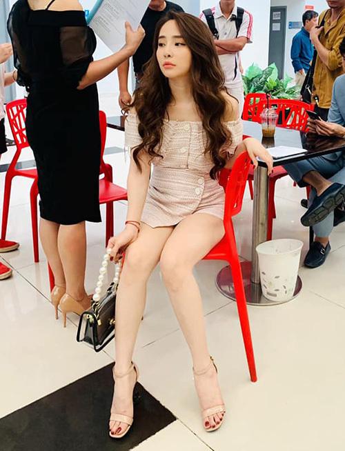Trong nhiều dịp ra sân bay đi công tác cùng Vũ, Nhã đều diện những bộ váy hở vòng một hoặc ngắn cũn khoe chân.
