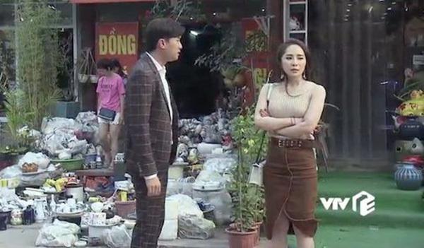 Nhiều trang phục của cô chuyên viên bị khán giả nhận xét giống thời trang dạo phố, đi chơi hơn là đi làm việc.