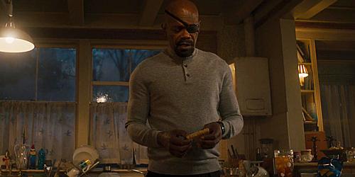 Nick Fury chuẩn bị cắt chiếc bánh sandwich trong Avengers: Age of Ultron.