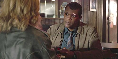 Captain Marvel đang tra khảo Nick Fury.